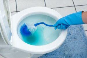 Cómo quitar una mancha azul de limpiador de inodoro del asiento del inodoro