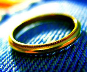 Cómo quitar el enchapado en oro de las joyas de plata